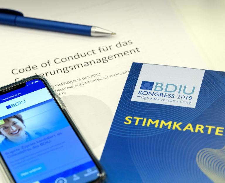Smartphone Kugelschreiber und Dokumente auf einem Tisch